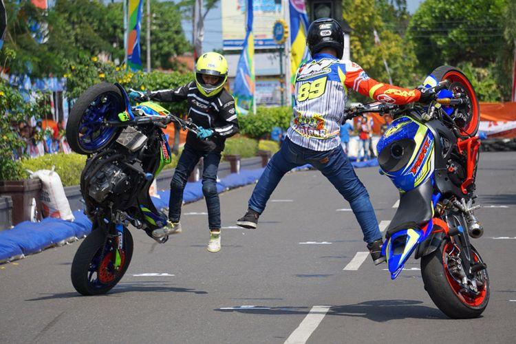 Wawan Tembong dan Wahyu Nugroho, kakak-beradik yang melakukan freestyle dengan motor Yamaha.