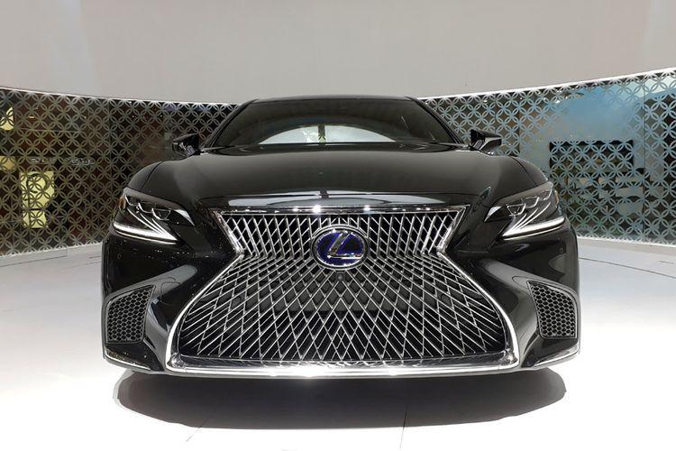 Gril Lexus LS 500 yang dbuat seksama dengan 5.000 penampang.