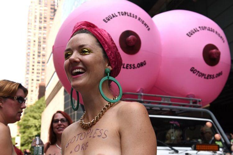 Elle Wesseling dari Sydney, Australia berpartisipasi dalam International Go Topless Day di New York, AS, Sabtu (26/8/2017). Ini adalah ajang tahunan yang diadakan untuk mendukung hak perempuan bertelanjang dada di depan umum demi kesetaraan gender.