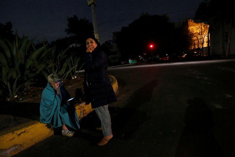 Warga Mexico City, Meksiko yang berkumpul di pinggiran jalan setelah merasakan guncangan gempa pada Kamis tengah malam waktu setempat.