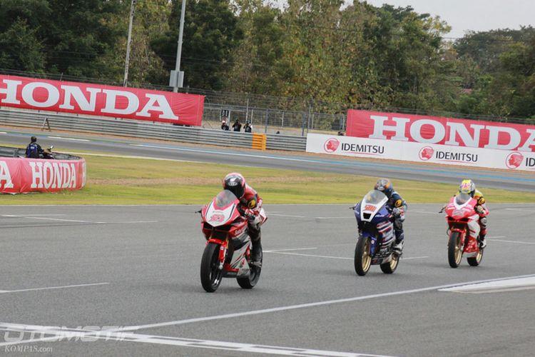 Pebalap Astra Honda Racing Team (AHRT), Rheza Danica Ahrens nomor 123, menjelang finis di balapan pertama Asia Road Racing Championship (ARRC) kelas Asia Production 250, di Chang International Circuit, Buriram, Thailand, Sabtu (2/12/2017).