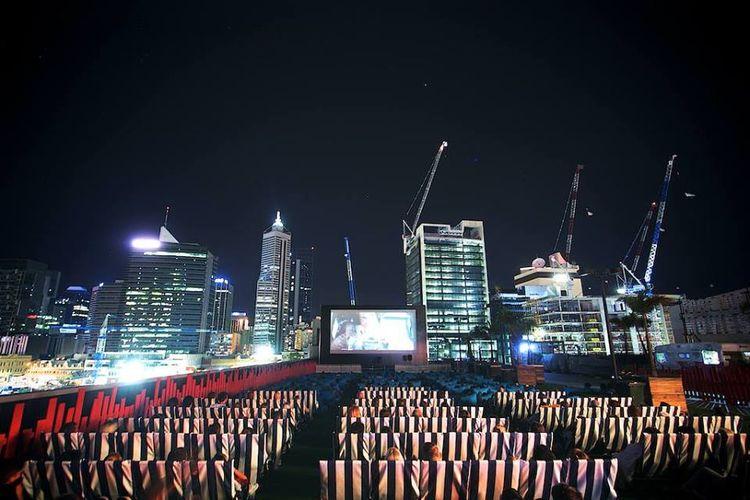 Berbagai genre film hadir di bioskop luar ruang ini, sehingga sensasi yang dirasakan penonton akan berbeda daripada menonton di bioskop konvensional.
