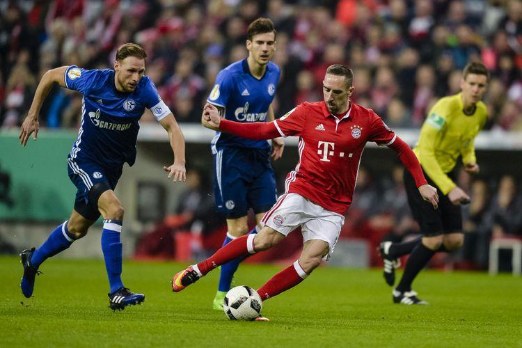 Bek Schalke 04 Benedikt Hoewedes (kiri) dan gelandang Bayern Muenchen, Franck Ribery, berebut bola dalam pertandingan perempat final DFB Pokal di Muenchen, 1 Maret 2017.