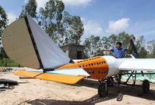 Belajar dari YouTube, Montir asal Kamboja Rakit Pesawat dari Barang Bekas