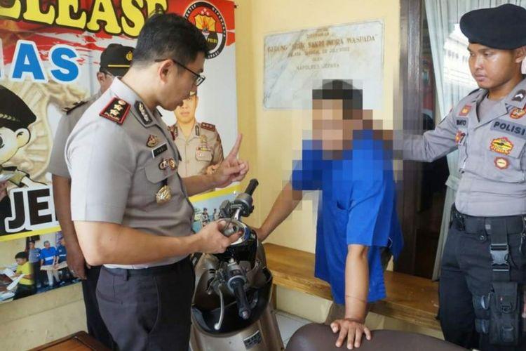 Kapolres Jepara saat meminta keterangan kepada Ahmad Sairi (40) di Mapolres Jepara, Kamis (7/12/2017)