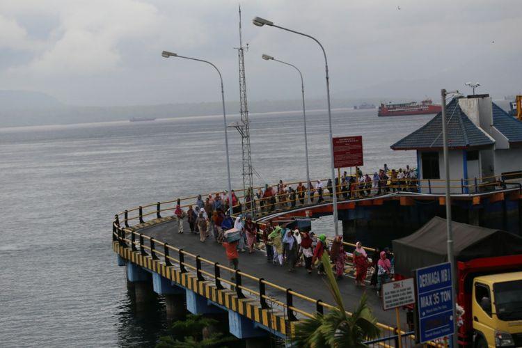Para penumpang turun dari kapal penyeberangan dari Bali di Pelabuhan Ketapang Banyuwangi Rabu (29/11/2017)