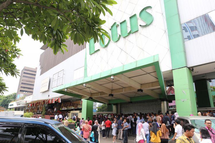 Pengunjung saat mengantre di depan pintu masuk Lotus Department Store, Djakarta Theater XXI, Jakarta, Rabu (25/10/2017). Menurut informasi karyawan, gerai Lotus di seluruh Indonesia akan ditutup pada 31 Oktober 2017.
