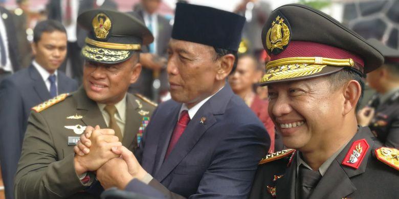 Menkopolhukam Wiranto bersalaman dengan Panglima TNI Jenderal Gatot Nurmantyo dan Kapolri Jenderal Tito Karnavian.