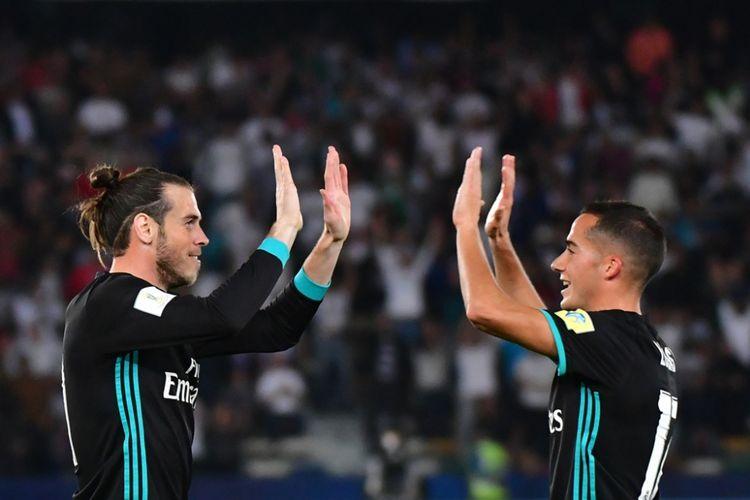 Gareth Bale (kiri) dan Lucas Vazquez merayakan gol Real Madrid ke gawang Al Jazira pada partai semifinal Piala Dunia Antarklub di Stadion Zayed Sports City, Abu Dhabi, Kamis (14/12/2017) dini hari WIB.