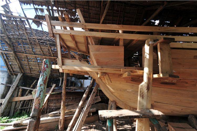 Prosese pembuatan dan pembongkaran perahu legendari Padewakang saat di facking sebelum dikirim ke Eropa untuk mengikuti ajang Europalia Arts Festival 2017 bersama negara-negara Eropa lainnya di Bulukumba dan Polewali Mandar.