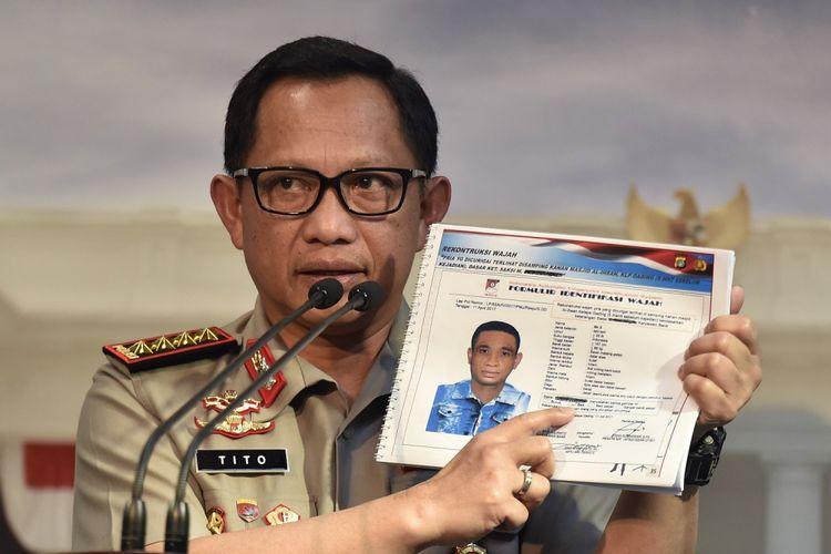 Kapolri Jenderal Pol Tito Karnavian menunjukkan sketsa wajah terduga pelaku penyerangan terhadap penyidik Komisi Pemberantasan Korupsi (KPK) Novel Baswedan, di Kantor Presiden, Jakarta, Senin (31/7). Kapolri dipanggil oleh Presiden Joko Widodo untuk melaporkan perkembangan kasus Novel Baswedan. ANTARA FOTO/Puspa Perwitasari/kye/17