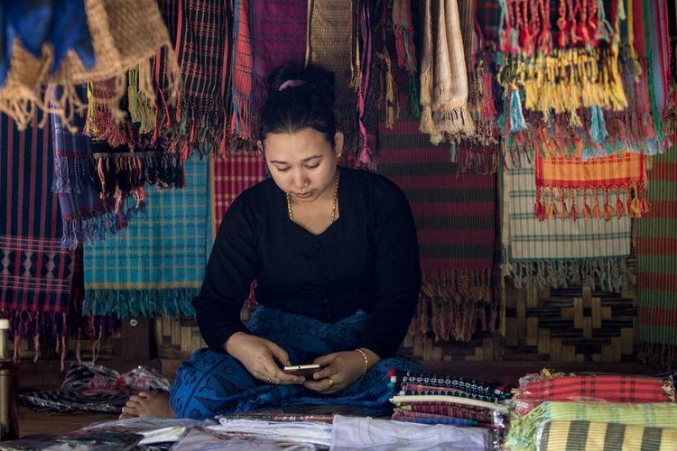 Kain tenun menjadi salah satu ikon diplomasi budaya Indonesia. Kain tenun merupakan salah satu produk kriya yang bisa menggerakkan perekonomian di daerah