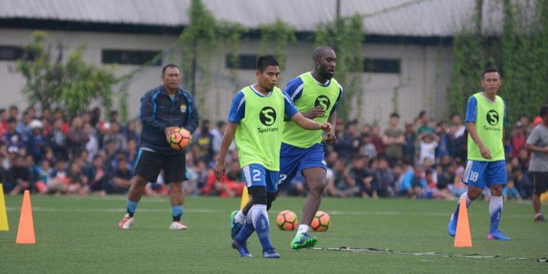 Pemain anyar Persib Bandung Carlton Cole saat menjalani sesi latihan di Lapangan Lodaya Bandung Jumat (31/3/2017)