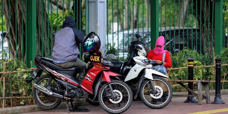 Pengendara sepeda motor yang melintasi trotoar di kawasan Gambir, Jakarta Pusat, Senin (17/7/2017). Pengendara sering memanfaatkan trotoar untuk memotong jalan agar bisa lebih cepat ketimbang melewati jalan raya.