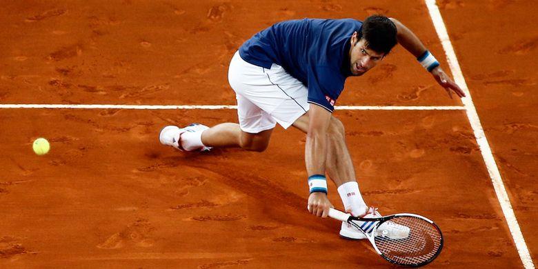 Petenis Serbia, Novak Djokovic, mengembalikan kok dari petenis Spanyol, Feliciano Lopez, saat bertanding pada babak ketiga Madrid terbuka di Caja Magica, Madrid, Kamis (11/5/2017).