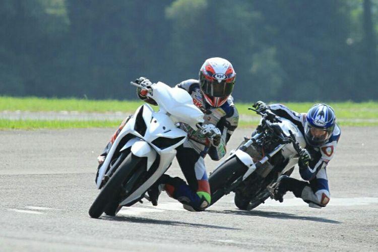 Kegiatan pelatihan balap motor yang diselenggarakan sekolah balap 43 Racing School di Sirkuit Karting Sentul, Bogor.