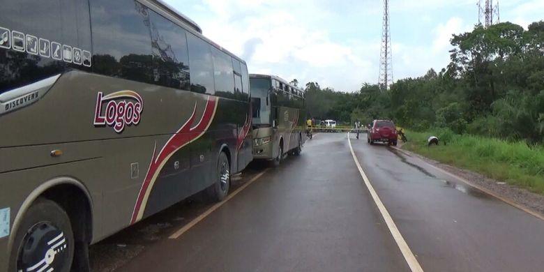 Antrean bus di lokasi ambruknya jembatan Sungai Rungau Kabupaten Seruyan, Kalimantan Tengah, Sabtu (30/12/2017)
