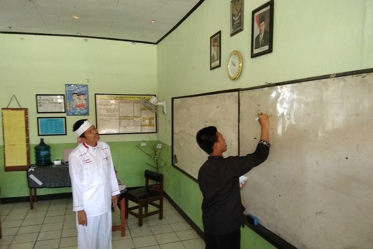 Bupati Purwakarta Dedi Mulyadimenyosialisasikan program baru Kemis Poe Welas Asih atau Kamis Hari Kasih Sayang kepada pelajar di SMPN 5 Purwakarta pada Rabu (6/9/2017).