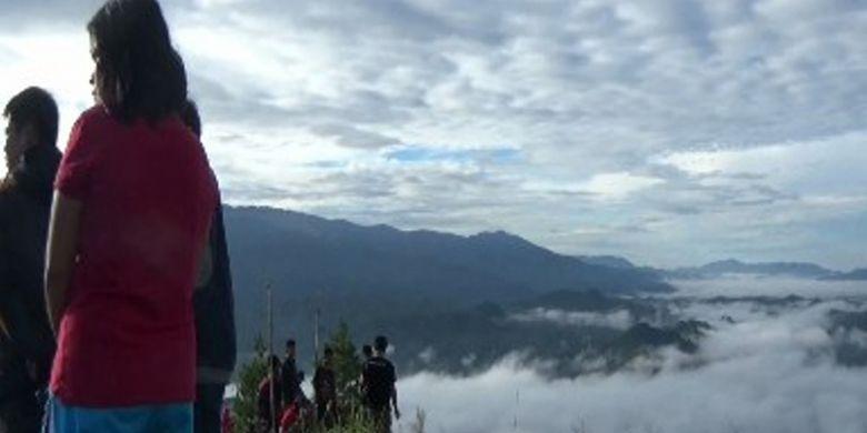 Objek wisata negeri di atas awan di puncak gunung Tanduk Kalua yang terletak persis di perbatasan Kecamatan Tanduk Kalua dan Kecamatan Balla, Kabupaten Mamasa, Sulawesi Barat mulai populer. Wisatawan rela dirikan tenda demi berselfie ria untuk mengabadikan kenangan mereka.