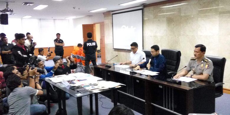 (Tengah) Direktorat Tindak Pidana Umum (Dirtipidum) Bareskrim Mabes Polri, Brigjen Pol Herry Rudolf Nahak dalam konfrensi pers di kantor Bareskrim yang sementara berlokasi di Kantor Kementerian Kelautan dan Perikanan, Jakarta, Rabu (29/3/2017).