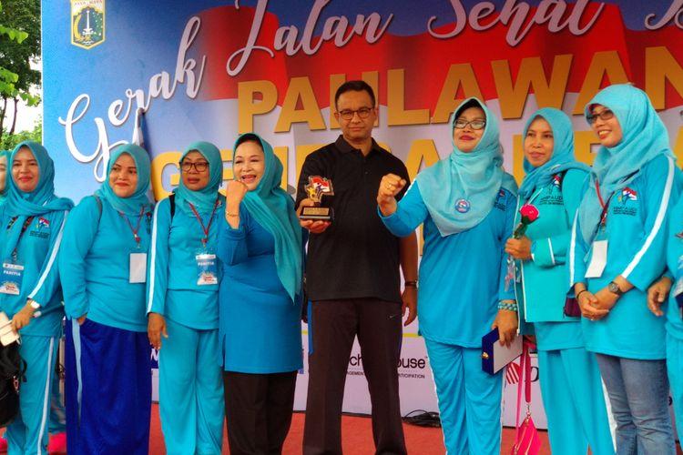 Gubernur DKI Jakarta Anies Baswedan buka lomba gerak jalan guru PAUD se-DKI Minggu, (19/11/2017)