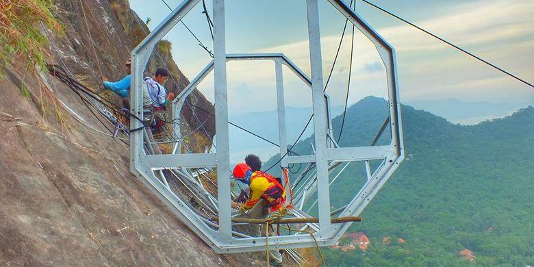 Pembangunan hotel gantung di sisi tebing Gunung Parang, Purwakarta.