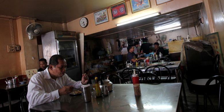 Warga menyatap roti di warung halal di Phuket, Thailand, Kamis (3/8/2017). Pemerintah Thailand tengah mengembangkan Phuket sebagai salah satu kawasan wisata ramah wisatawan muslim dengan mudah ditemuinya restoran dan hotel halal serta masjid.