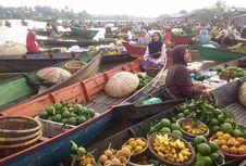 Numpang Sarapan di Atas Jukung Pasar Apung