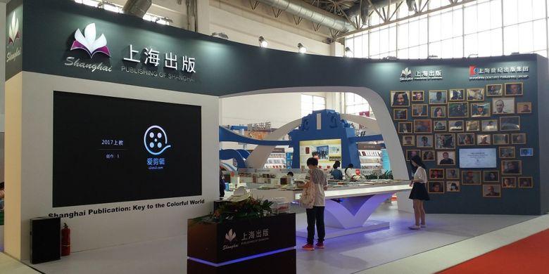 Publishing of Shanghai, salah satu penerbit buku dari China, tampil dengan stan yang menyuguhkan televisi berukuran besar  dalam acara Beijing International Book Fair 2017 yang diadakan pada 23-27 Agustus 2017 di Beijing, China.