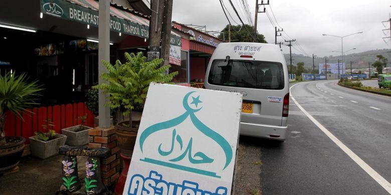 Kedai halal jamak ditemukan di Phuket, Thailand, Jumat (4/8/2017). Pemerintah Thailand tengah mengembangkan Phuket sebagai salah satu kawasan wisata ramah wisatawan muslim dengan mudah ditemuinya restoran dan hotel halal serta masjid.