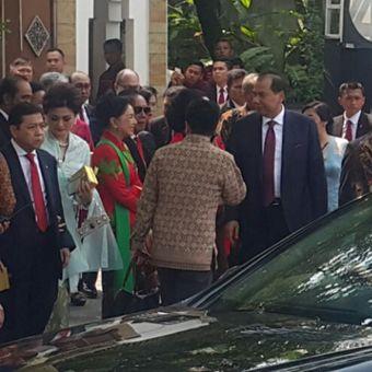 Ketua DPR RI Setya Novanto (kiri) bersama istrinya Deisty Astriani Tagor keluar dari gedung pernikahan Putri Presiden Jokowi di Gedung Graha Saba Buana Solo, Rabu (8/11/2017) siang.