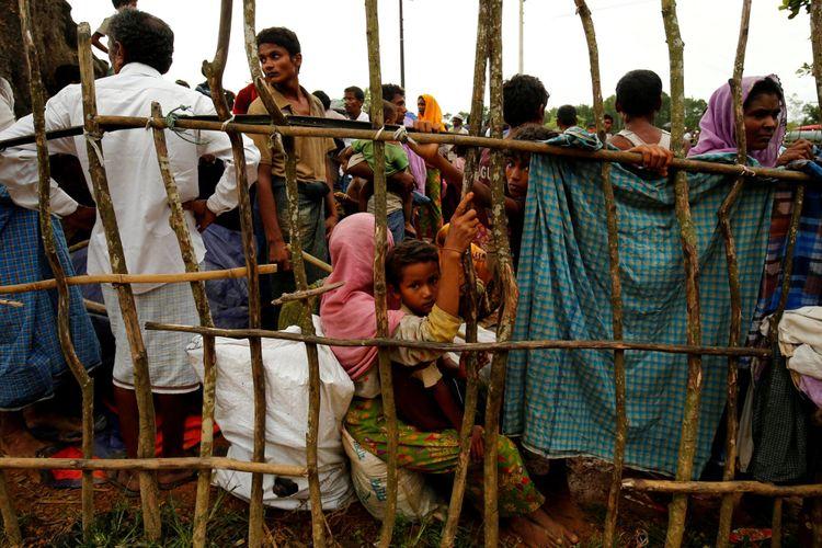 Pengungsi baru Rohingya menunggu memasuki kamp pengungsi sementara Kutupalang, di Cox Bazar Banglades, Rabu (30/8/2017).