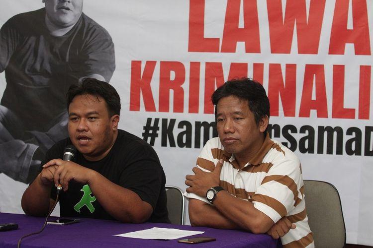 Anggota Majelis Pertimbangan Aliansi Jurnalis Independen (AJI) Dandhy Dwi Laksono (kiri) didampingi Ketua AJI Suwarjono (kanan) memberikan keterangan kepada wartawan terkait pelaporan Dewan Pimpinan Daerah Relawan Perjuangan (Repdem) Jawa Timur, Minggu (17/9/2017).