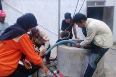 Relawan Bersihkan Puluhan Sumur Dampak Banjir Siklon Cempaka