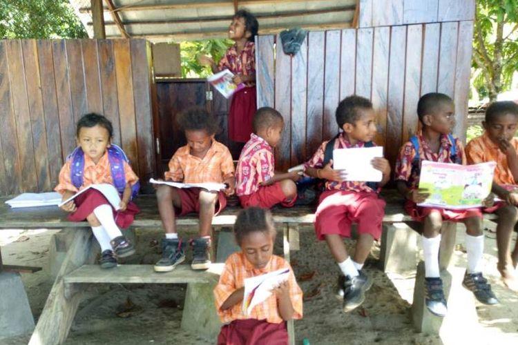 Anak-anak di Taman Baca Kuadas di Distrik Marbon di Sorong, Papua Barat.