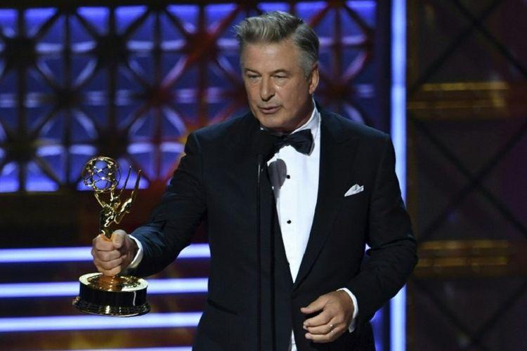 Alec Baldwin mendapat penghargaan Outstanding Supporting Actor in a Comedy Series di perhelatan Emmy Awards 2017 yang digelar di Microsoft Theatre, Los Angeles, California, Minggu (17/9/2017)