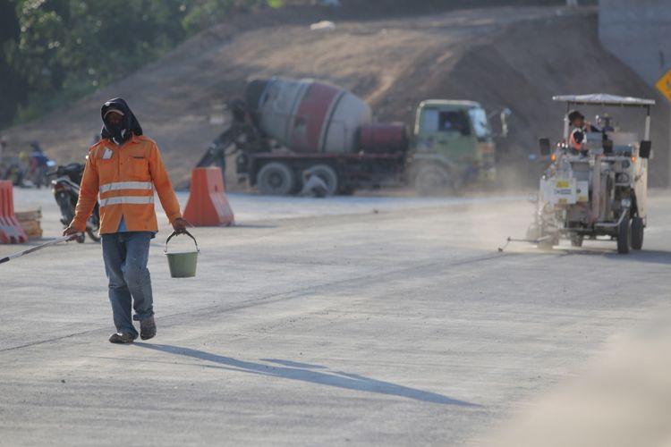 Ilustrasi: Para pekerja masih menyelesaikan tahap akhir pembangunan jalan sepanjang 17,6 kilometer Ruas Tol Bawen-Salatiga, Jawa Tengah, Jumat (16/6/2017).