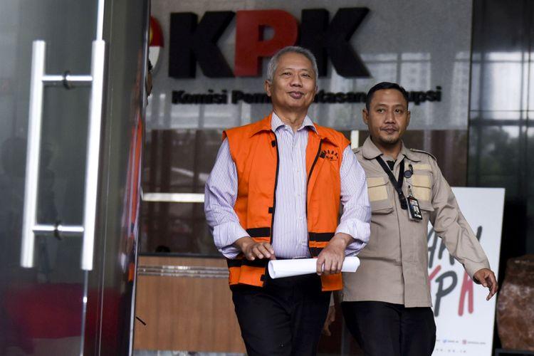 Dirjen Perhubungan Laut Antonius Tonny Budiono (kiri) meninggalkan gedung KPK seusai diperiksa di Jakarta, Selasa (29/8/2017). Antonius Toni Budiono diperiksa perdana oleh KPK pascapenahanan sebagai saksi dalam kasus suap terkait perijinan dan pengadaan proyek-proyek di lingkungan Ditjen Hubla tahun 2016-2017 dengan tersangka Komisaris PT Adhiguna Keruktama, Adiputra Kurniawan.