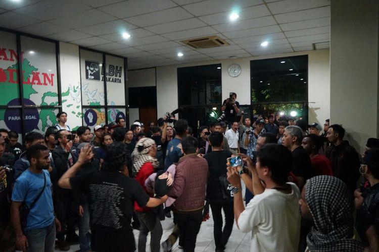 Seorang perempuan pingsan di dalam kantor YLBHI setelah massa yang mengepung di luar mulai melempari kantor YLBHI dengan batu, Senin (18/9/2017) dini hari.