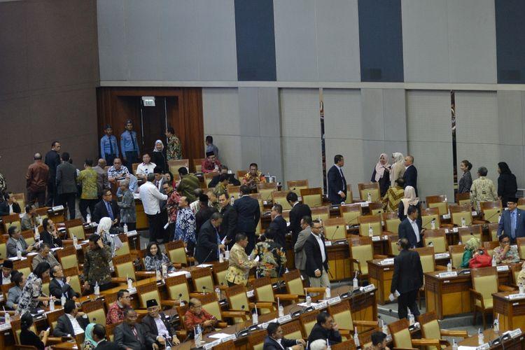 Anggota dewan yang menolak RUU terkait Perppu Ormas meninggalkan ruangan sidang ketika Mendagri Tjahjo Kumolo membacakan laporan pandangan pemerintah dalam pengesahan RUU terkait Perppu Ormas di Kompleks Parlemen, Senayan, Jakarta, Selasa (24/10/2017). Rapat Paripurna DPR menyetujui Perppu Ormas menjadi undang-undang dengan opsi voting. Tujuh fraksi menyetujui pengesahan Perppu tersebut, yakni PDIP, Golkar, Demokrat, PKB, PPP, NasDem, dan Hanura, sementara Gerindra, PAN, dan PKS menolak.