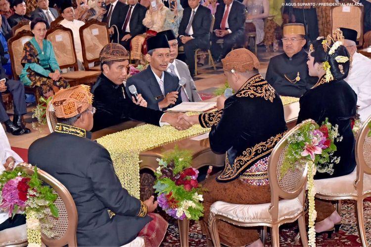 Presiden Joko Widodo (dua dari kiri) selaku orangtua dari Kahiyang Ayu (kanan) mendengarkan jawaban dari Muhammad Bobby Afif Nasution (dua dari kanan) dalam ijab kabul di Gedung Graha Saba Buana, Solo, Jawa Tengah, Rabu (8/11/2017).