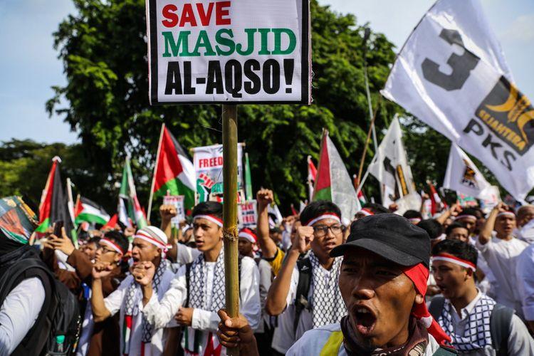 Massa melakukan aksi damai untuk Palestina di depan Kedubes Amerika Serikat, Jalan Medan Merdeka Selatan, Minggu (10/12/2017). Aksi bela Pa   lestina ini dilakukan untuk merespons keputusan Presiden AS Donald Trump dalam menetapkan Jerusalem sebagai Ibu Kota Israel.