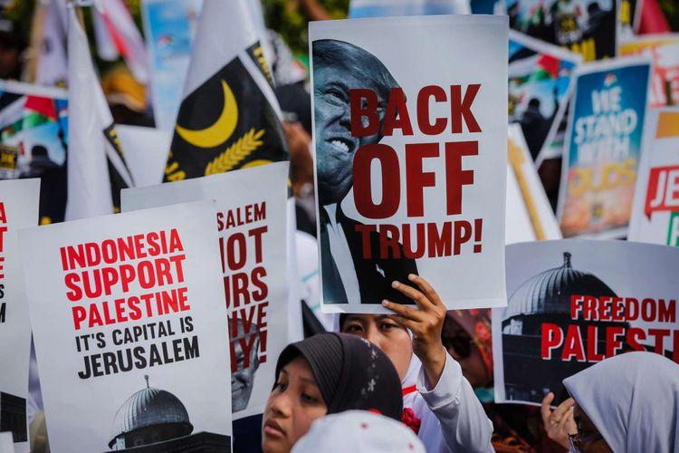 Massa melakukan aksi damai untuk Palestina di depan Kedubes Amerika Serikat, Jalan Medan Merdeka Selatan, Minggu (10/12/2017). Aksi bela Palestina ini dilakukan untuk merespons keputusan Presiden AS Donald Trump dalam menetapkan Jerusalem sebagai Ibu Kota Israel.