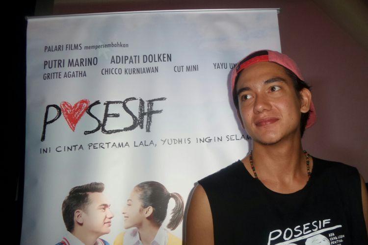 Artis peran Adipati Dolken saat diabadikan dalam press screening film Posesif di XXI Plaza Indonesia, Jakarta Pusat, Kamis (12/10/2017).