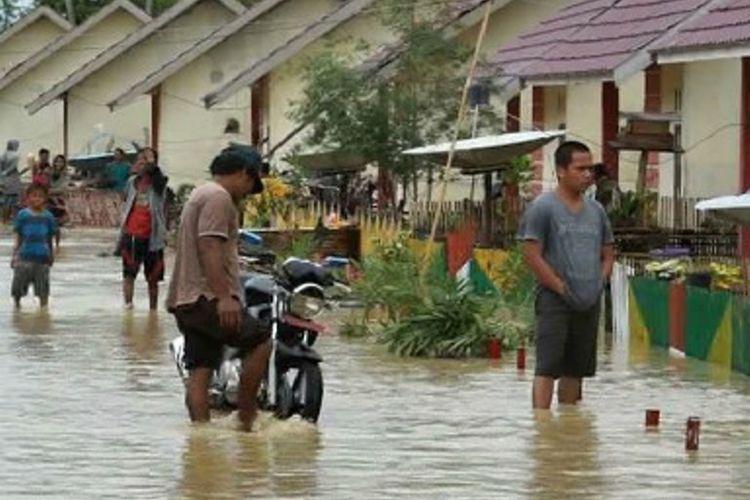 Dua muara sungai di Mamuju Utara, Sulawesi Barat meluap hingga membuat warga panik dan berhamburan keluar rumah.
