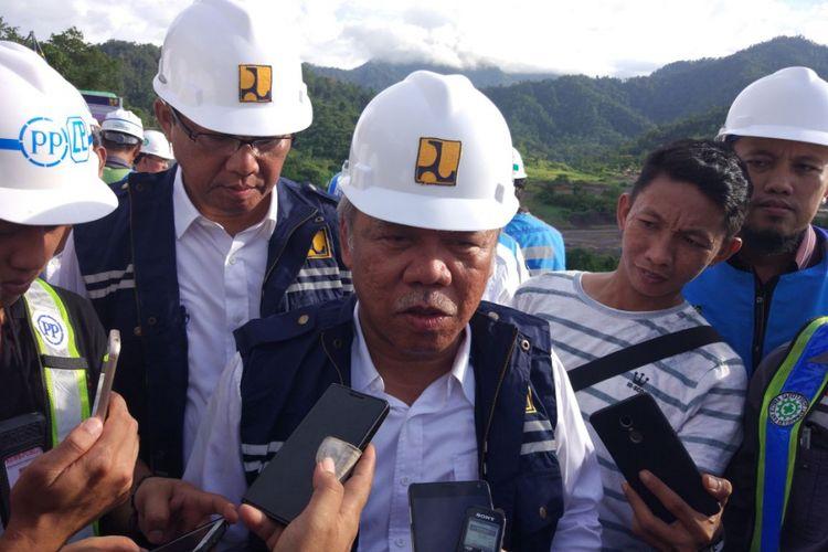 Menteri Pekerjaan Umum dan Perumahan Rakyat (PUPR) Basuki Hadimuljono meninjau pekerjaan proyek Bendungan Lolak di Bolaangmongondow, Sulawesi Utara, Selasa (14/11/2017).