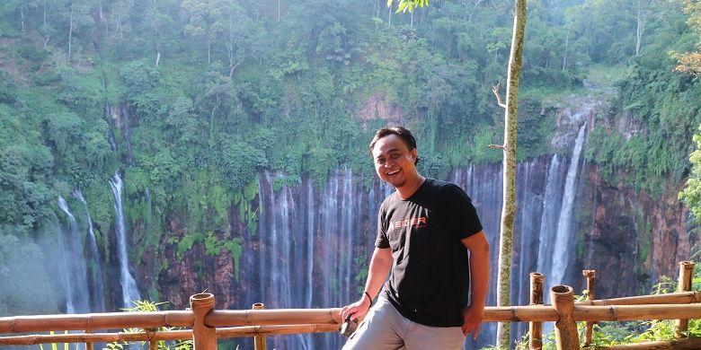 Wisatawan berfoto dengan latar belakang pemandangan Air Terjun Tumpak Sewu di Desa Sidomulyo, Kecamatan Pronojiwo, Kabupaten Lumajang, Jawa Timur, Minggu (9/4/2017). Dinamakan Tumpak Sewu, lantaran disebut-sebut punya seribu aliran air dan bila diartikan dalam bahasa Jawa adalah sewu.