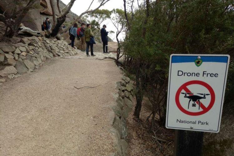 Pengelola Taman Nasional Freycinet melarang pengunjung menggunakan drone di Wineglass Bay Lookout.