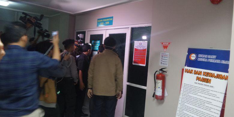 Penyidik KPK saat menyambangi ruangan tempat Setya Novanto dirawat di RS Medika Permata Hijau.