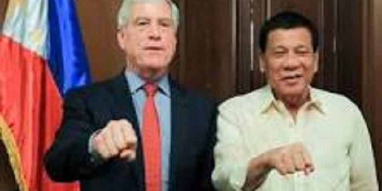 Nick Warner, Kepala Badan Mata-mata Internasional Australia (ASIS), berdiri di samping salah satu pemimpin paling kontroversial di Asia Tenggara, Presiden Filipina, Rodrigo Duterte.